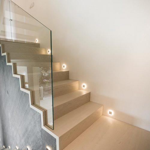 schody-dywanow-z-wpuszczana-szyba