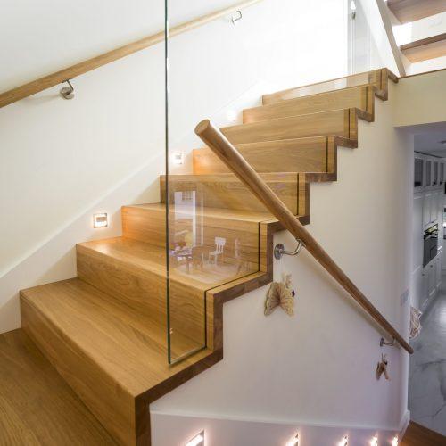 schody nabeton zszybą wpuszczaną