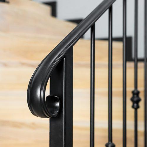 schody nabeton zmetalową balustradą