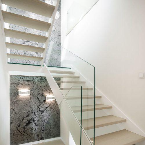 schody policzkowe zeszklanym spocznikiem iszklaną balustradą