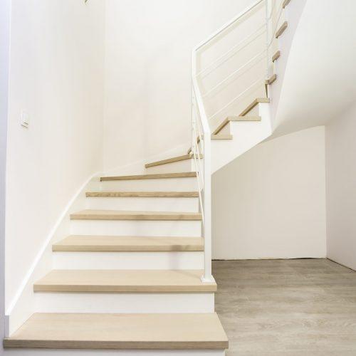 Klasyczne schody nakonstrukcji betonowej wstylu skandynawskim.