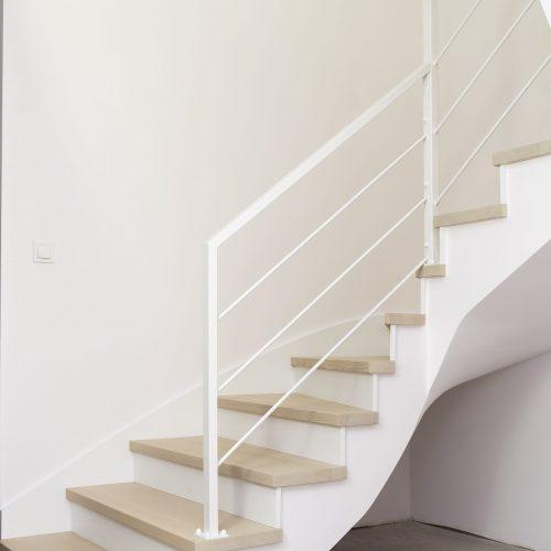 Klasyczne schody nakonstrukcji betonowej wstylu skandynawskim